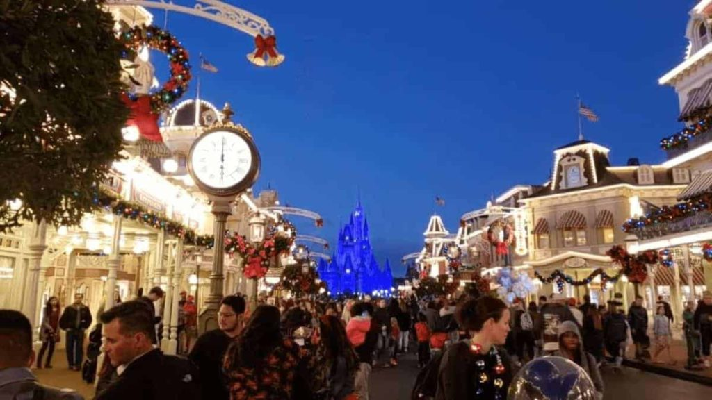 Mickey's Very Merry Christmas Party Guide 4